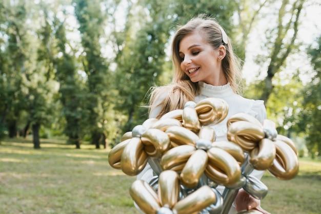 Belle femme anniversaire avec ballons Photo gratuit