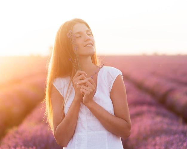Belle Femme Appréciant La Nature Photo gratuit