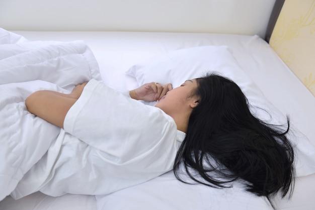 Belle femme asiatique dormir avec confortablement Photo Premium