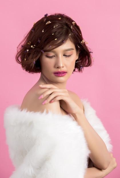 Belle Femme Asiatique Isolée Sur Rose Photo gratuit