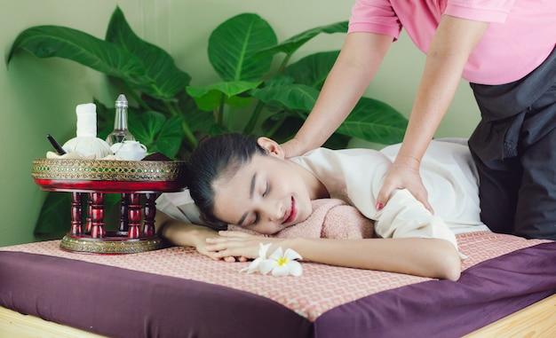 Belle femme asiatique obtenez un massage et un spa. spécialistes du massage Photo Premium