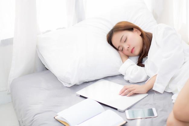 Belle Femme Asiatique Avec Ordinateur Portable Couchée Dans La Chambre Photo Premium
