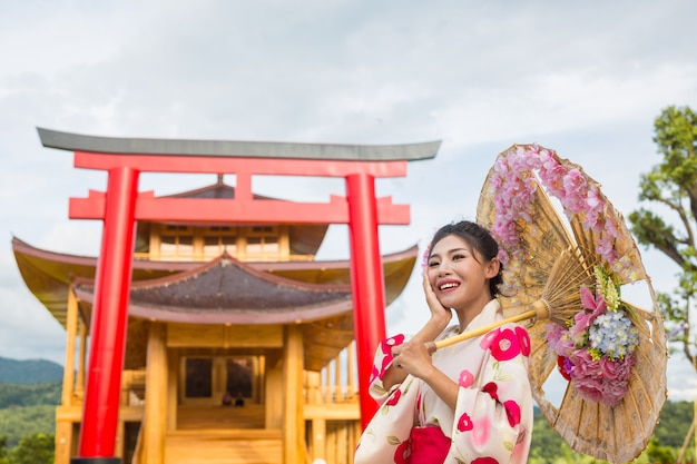 Une belle femme asiatique portant un kimono japonais, concept de robe traditionnelle. Photo gratuit