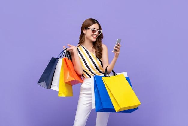 Belle Femme Asiatique Portant Des Sacs Colorés Shopping En Ligne Avec Téléphone Portable Photo Premium