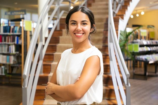 Belle Femme Asiatique Posant à La Bibliothèque Photo gratuit