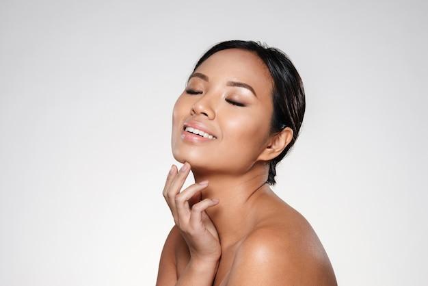 Belle Femme Asiatique Souriante Regardant De Côté Photo gratuit