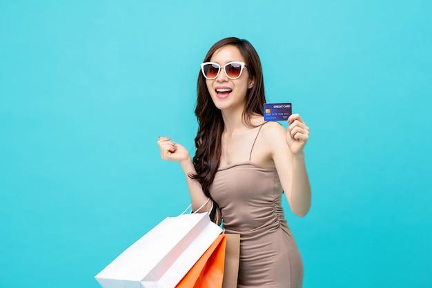 Belle femme asiatique souriante avec shopping Photo Premium