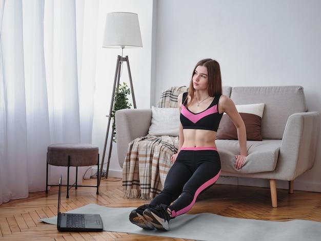 Belle Femme Athlétique Faisant De La Gymnastique à La Maison Photo Premium