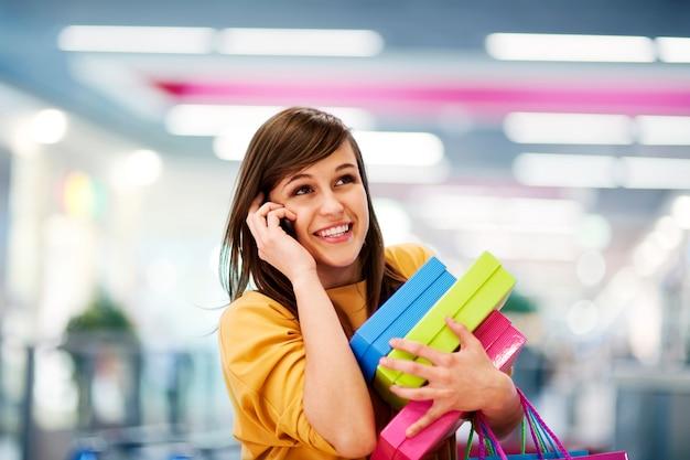 Belle Femme Au Téléphone Dans Un Centre Commercial Photo gratuit