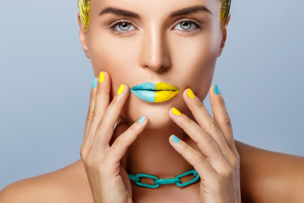Belle Femme Aux Cheveux Jaunes Et Ongles Et Lèvres Colorés Photo Premium