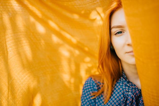 Belle Femme Aux Cheveux Rouges à L'extérieur Avec Voile Orange Photo Premium