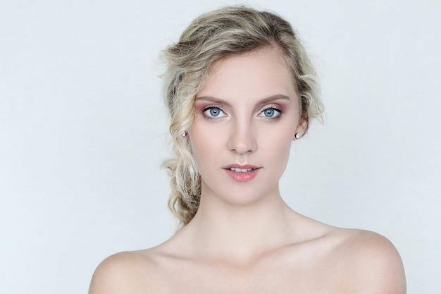 Belle Femme Aux Yeux Bleus Photo gratuit