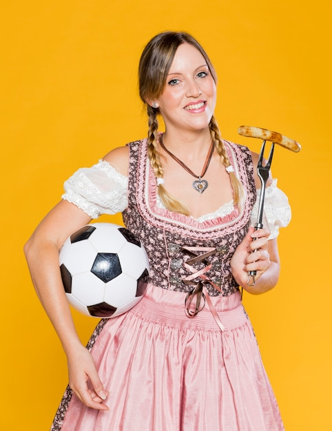 Belle femme bavaroise avec le football Photo gratuit