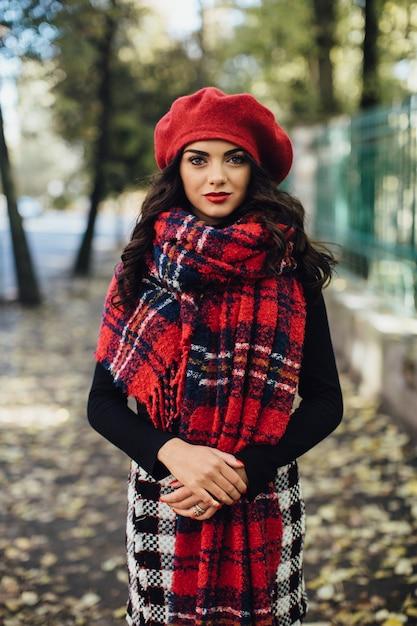 Belle Femme En Béret Rouge Photo Premium