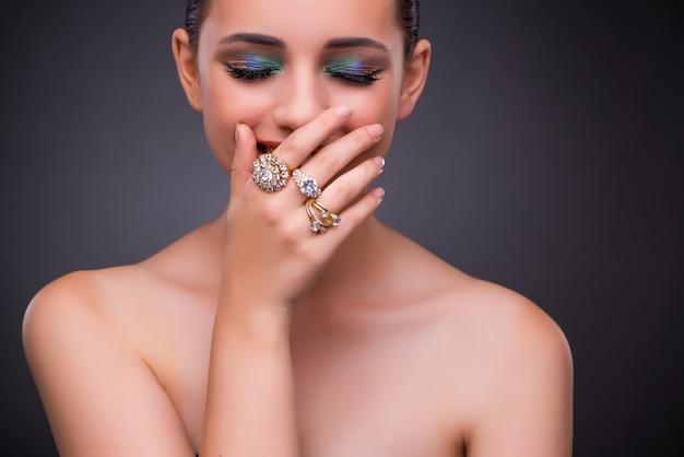 Belle femme avec des bijoux dans le concept de beauté Photo Premium