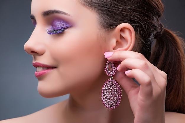 Belle femme avec des bijoux dans le concept de mode Photo Premium