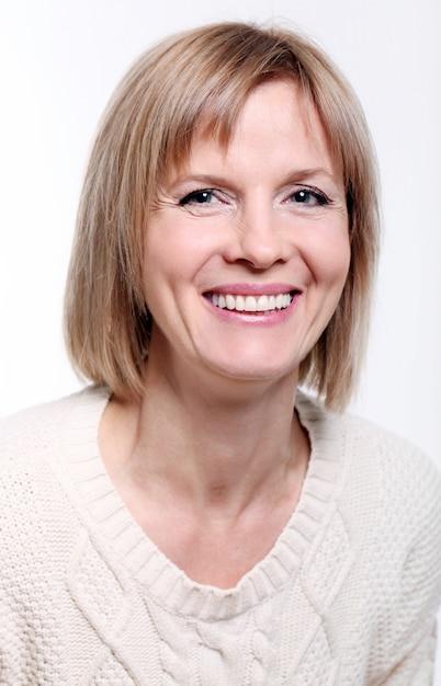 Belle femme blonde d'âge mûr avec un sourire radieux Photo gratuit