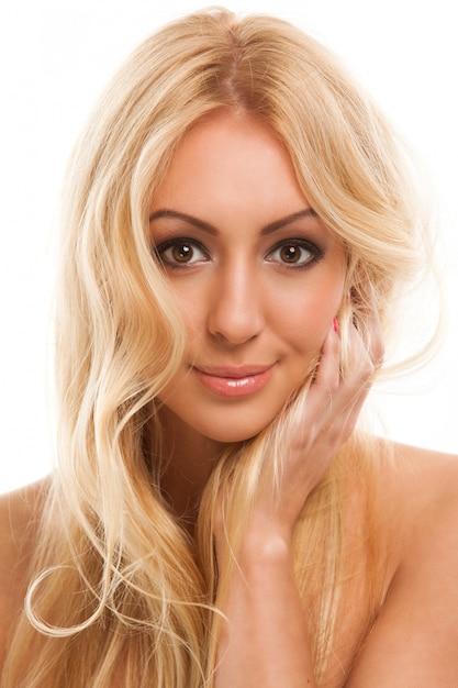 Belle femme blonde aux cheveux longs Photo gratuit