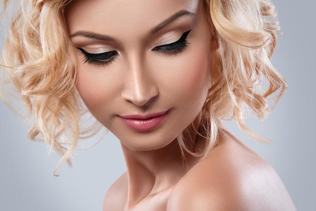 Belle Femme Blonde Avec Eye-liner Sur Ses Yeux Photo Premium