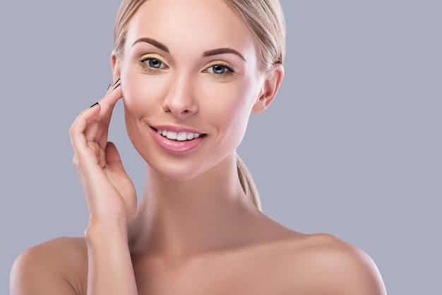 Belle Femme Blonde Avec Un Maquillage Lumineux Photo Premium