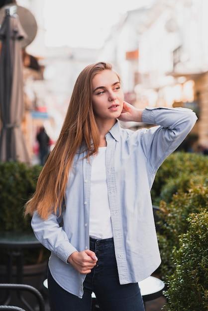 Belle femme blonde pose mode Photo gratuit