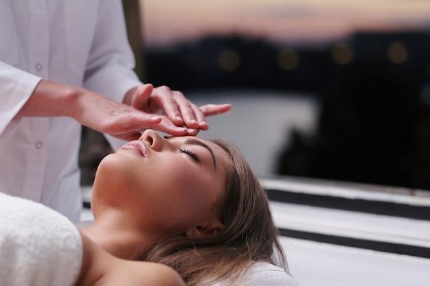 Belle Femme Blonde Recevant Un Massage Photo gratuit