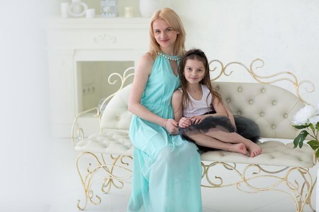 Belle Femme Blonde En Robe Grecque Marine Avec Fille Photo Premium