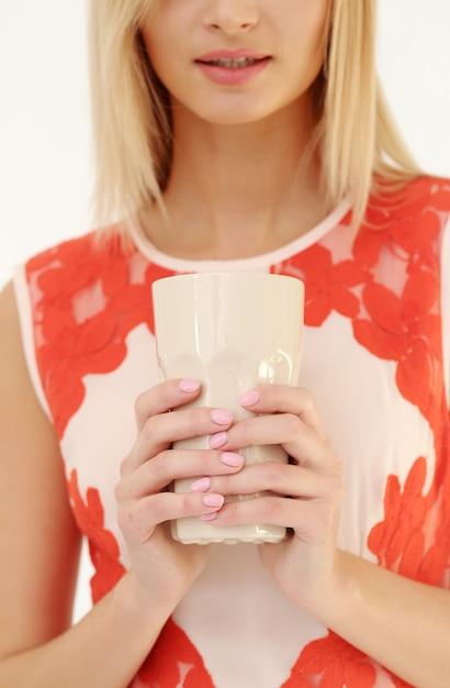 Belle femme blonde avec une tasse de thé Photo gratuit