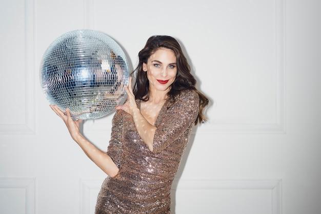 Belle Femme Avec Boule Disco Photo gratuit