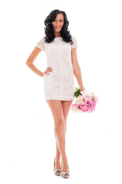 Belle femme avec bouquet de pivoines Photo gratuit