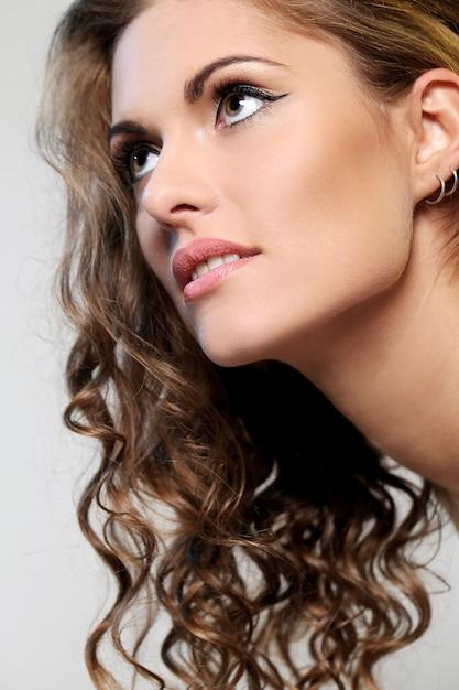 Belle femme brune avec des boucles Photo gratuit