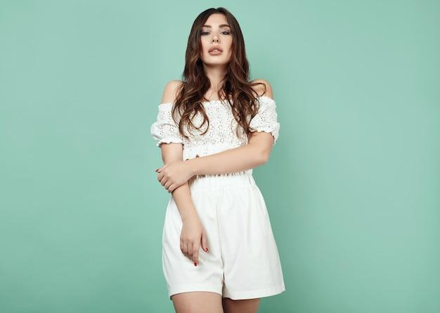 Belle femme brune sexy avec des lèvres juteuses en costume blanc Photo Premium