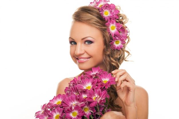 Belle femme caucasienne avec des fleurs fraîches Photo gratuit