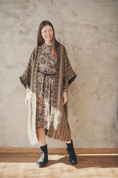 Belle femme caucasienne en kimono japonais et des chaussures noires. Photo Premium