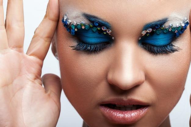 Belle femme caucasienne avec maquillage artistique Photo gratuit