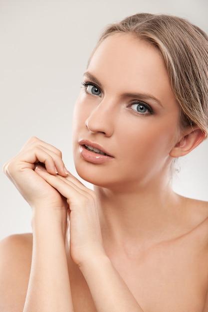 Belle femme caucasienne avec maquillage naturel Photo gratuit