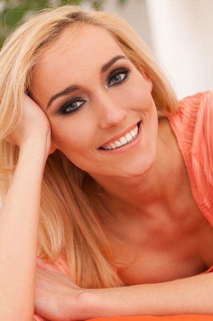 Belle femme caucasienne avec maquillage Photo gratuit
