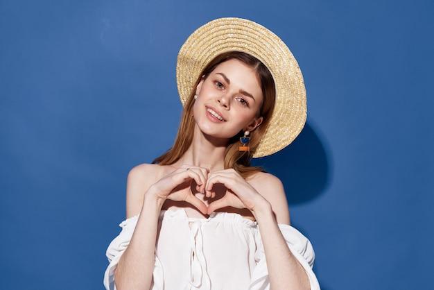Belle Femme Charme Chapeau Lifestyle été Voyage Fond Bleu. Photo De Haute Qualité Photo Premium