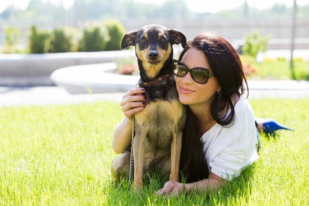 Belle femme avec chien Photo gratuit