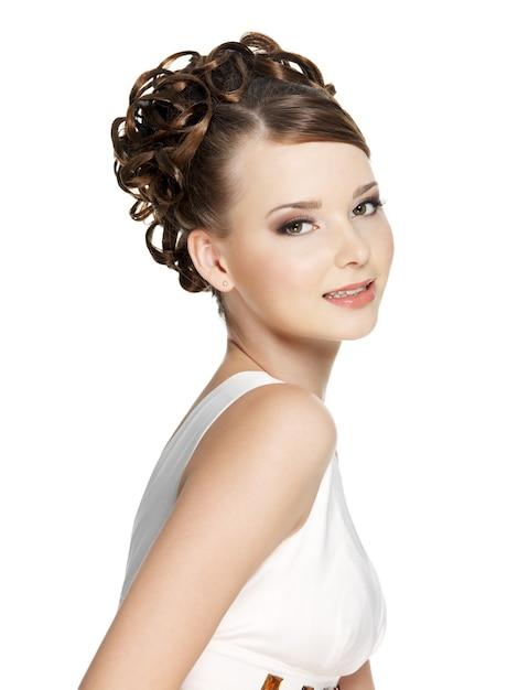 Belle Femme Avec Une Coiffure De Beauté Sur Blanc Photo gratuit