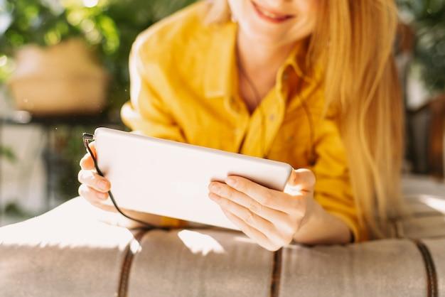 Belle Femme Communique Avec Des Amis à L'aide D'une Tablette Photo Premium