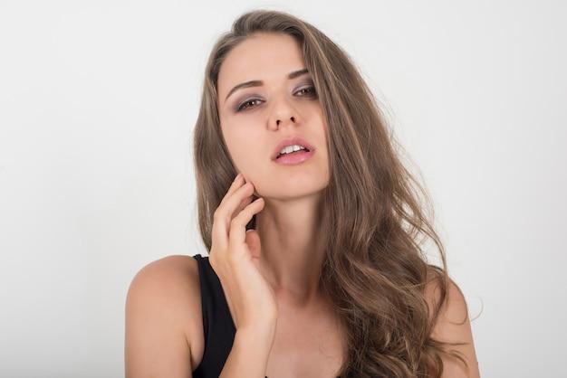 Belle femme avec un corps sain sur fond blanc Photo gratuit