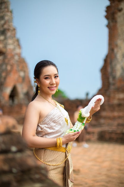 Belle femme en costume traditionnel ancien thaïlandais, portrait à l'ancien temple d'ayutthaya Photo gratuit