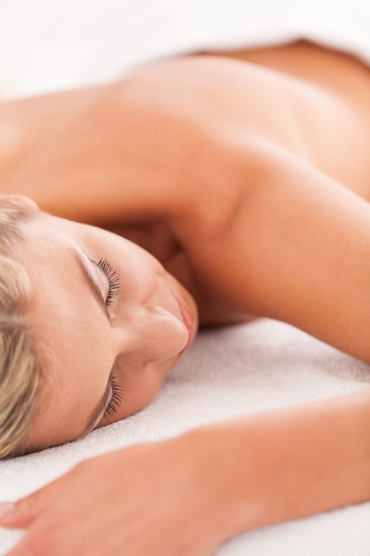Belle femme couchée dans un spa Photo gratuit