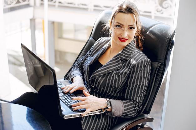 Belle femme dans un bureau Photo gratuit