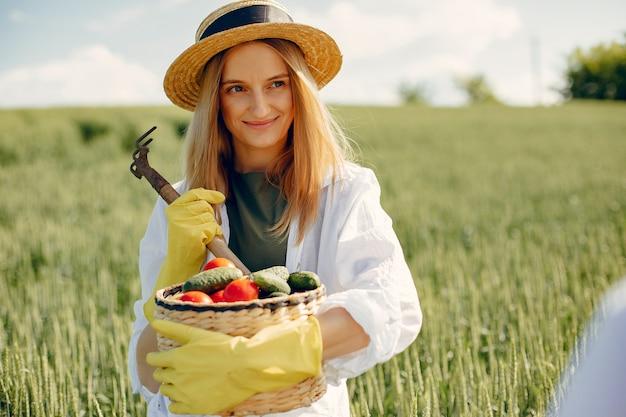 Belle femme dans un champ d'été Photo gratuit