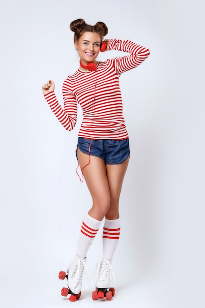 Belle Femme Dans Les Patins à Roulettes Et Avec Un Casque Rouge Photo Premium