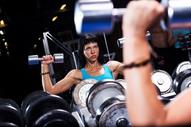 Belle femme dans une salle de sport Photo gratuit