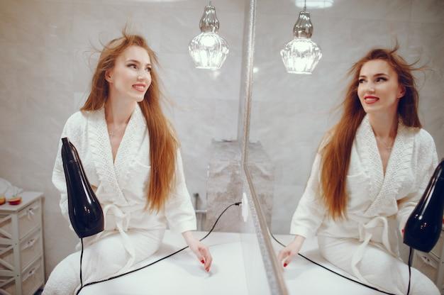 Belle femme debout dans une salle de bain Photo gratuit