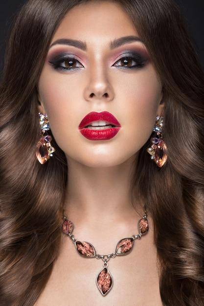 Belle femme avec du maquillage arabe, des lèvres rouges et des boucles Photo Premium